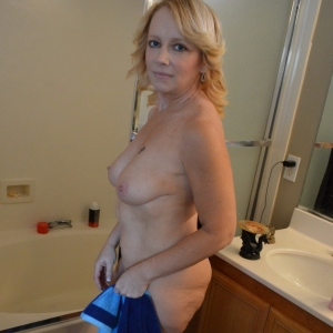 Share my gf: sexy mature girlfriend lets her boyfriend take pictures of her in the shower.