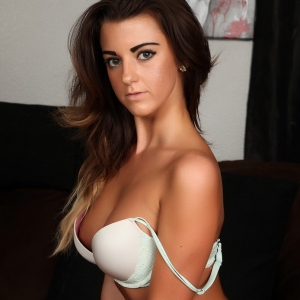 Alluring Vixens: Alluring Vixen Taylor shows off her perfect curves in a sexy matching bra and skimpy thong