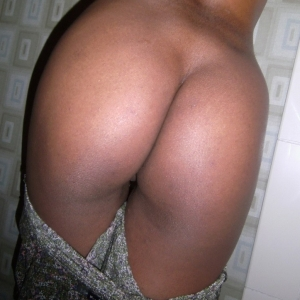 9941 300 300 Share My GF: Black girlfriend takes selfshot pictures of her round booty in the bathroom